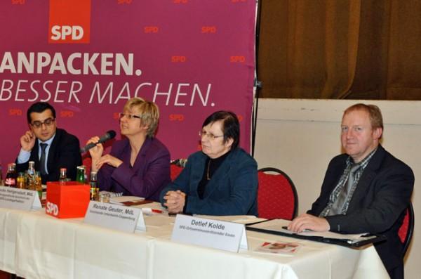 Podium der schulpolitischen Veranstaltung mit v. li.: SPD-Landtagskandidat Adem Ortac, Frau Heiligenstadt, MdL Renate Geuter, Ortsvereinsvorsitzender Detlef Kolde.