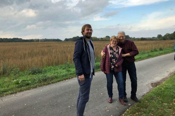 Im Hintergrund von Oliver Winkler, Renate Biemann und Michael Schneiders befinden sich die Landwirtschaftlichen Flächen, die als Baugebiet umgewidmet werden müssen.