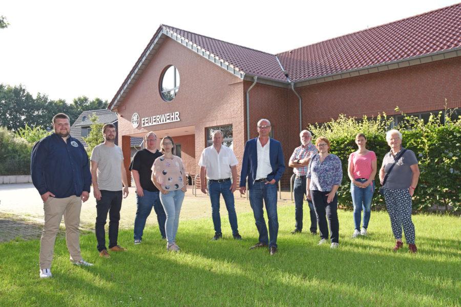 SPD-Mitglieder vor eienr Feuerwehr